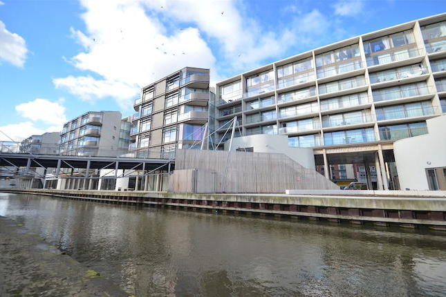 City living at its BESTIdeal first time buy or investment in Nottingham's waterside development - Nottingham One. Benefitting from spacious accommodation including two double bedrooms, integrated modern kitchen, balconies over look nottingham canal and secure underground parking space included.