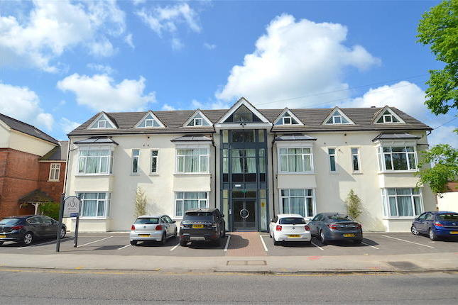 A fantastic opportunity to rent this ground floor apartment in the idyllic location of West Bridgford. Benefiting from one double bedroom, a bathroom with white suite, open plan living / kitchen area. Available fully furnished with car parking