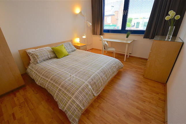 Young professional house sharea unique opportunity to rent this furnished double bedroom with en suite shower in a shared apartment. The rent is fully inclusive of bills. The apartment has a fully furnished shared lounge and modern kitchen with all appliances. The property also benefits from a weekly clean of communal areas included.