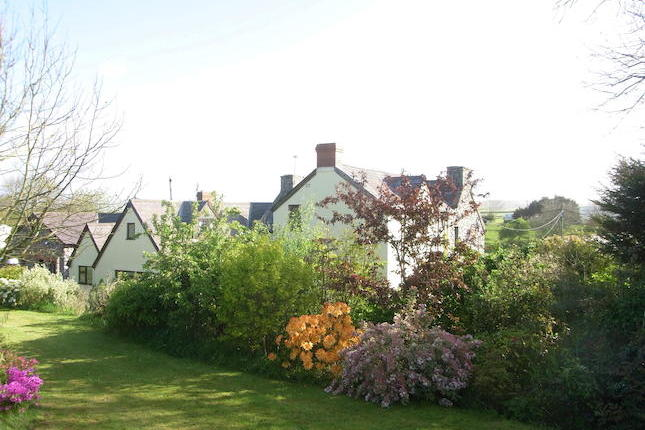 Scurlage Court Farm and The Old Dairy is a very spacious and impressive property recently renovated and restored, situated in the heart of the Gower Peninsula convenient for easy access to all of the renowned coastal locations, beaches and bays.
